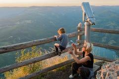 Mutter und Sohn auf dem Standpunkt des Banjska-stena auf Berg Tara Stockbild