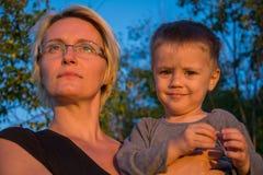 Mutter und Sohn auf dem Standpunkt des Banjska-stena auf Berg Tara Lizenzfreie Stockfotografie