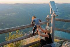 Mutter und Sohn auf dem Standpunkt des Banjska-stena auf Berg Tara Lizenzfreies Stockfoto