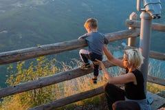 Mutter und Sohn auf dem Standpunkt des Banjska-stena auf Berg Tara Lizenzfreie Stockfotos