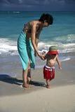 Mutter und Sohn auf dem Strand Lizenzfreies Stockfoto