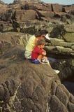 Mutter und Sohn auf der Küste Stockbilder
