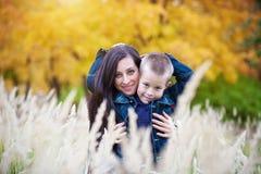 Mutter und Sohn auf der Wiese Stockbild