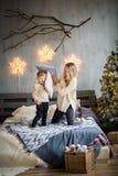 Mutter und Sohn auf neues Jahr ` s Hintergrund stockbilder