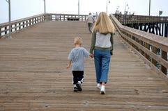 Mutter und Sohn auf Pier Lizenzfreies Stockbild