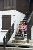Mutter und Sohn auf Treppen Stockfotos