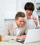 Mutter und Sohn betrachten Software auf Laptop Lizenzfreie Stockbilder