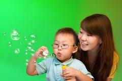 Mutter und Sohn bilden Seifenluftblasen Lizenzfreies Stockfoto