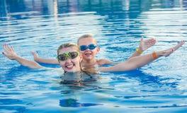 Mutter und Sohn in den Gläsern für schwimmendes Schwimmen im Pool Junge vierköpfige Familie auf tropischem Strand des weißen Sand lizenzfreies stockfoto