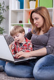 Mutter und Sohn, der Computer verwendet Lizenzfreies Stockbild