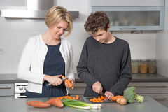 Mutter und Sohn in der Küche lizenzfreie stockfotos