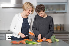Mutter und Sohn in der Küche stockfoto