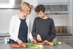 Mutter und Sohn in der Küche lizenzfreie stockfotografie