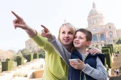 Mutter und Sohn, die Anblick während des Sightseeing-Tours beachten Stockbilder