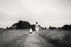 Mutter und Sohn, die auf dem Gebiet spielen Lizenzfreies Stockfoto