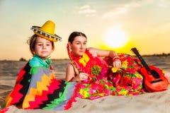 Mutter und Sohn, die auf den Mexikaner am Sommer spielen Stockfotos