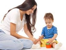 Mutter und Sohn, die das Spiel zusammen getrennt spielt Lizenzfreie Stockfotos