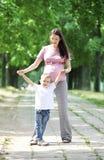 Mutter und Sohn, die in den Park gehen Lizenzfreies Stockfoto