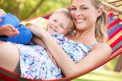 Mutter und Sohn, die in der Hängematte sich entspannen Lizenzfreies Stockfoto