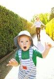 Mutter und Sohn, die draußen auf den Naturhintergrund mit Co gehen Lizenzfreie Stockfotografie