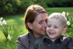 Mutter und Sohn, die draußen lächeln Lizenzfreie Stockfotografie