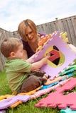 Mutter und Sohn, die draußen spielen lizenzfreie stockfotografie