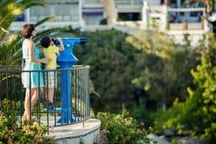 Mutter und Sohn, die durch Ferngläser schauen Stockbilder
