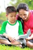 Mutter und Sohn, die ein Buch lesen Stockbilder