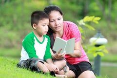 Mutter und Sohn, die ein Buch lesen Lizenzfreies Stockfoto
