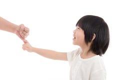 Mutter und Sohn, die ein Versprechen des kleinen Fingers machen Lizenzfreies Stockbild