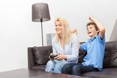 Mutter und Sohn, die ein Videospiel spielen Stockfotos