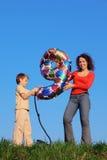 Mutter und Sohn, die eine Abbildung von neun anhalten Lizenzfreie Stockfotos