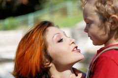 Mutter und Sohn, die einen Weg sprechen lizenzfreies stockbild