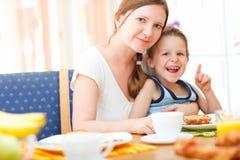 Mutter und Sohn, die frühstücken Stockbild