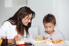 Mutter und Sohn, die frühstücken stockbilder