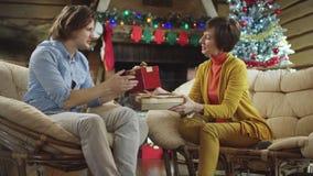Mutter und Sohn, die Geschenke auf Weihnachten austauschen stock video