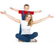 Mutter und Sohn, die heraus ihre Arme ausbreiten Stockbilder
