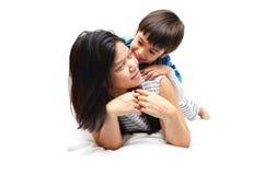 Mutter und Sohn, die im Bett liegen stockbilder