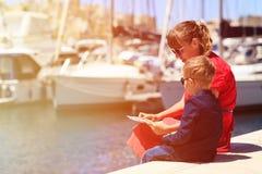 Mutter und Sohn, die Karte im Hafen betrachten Lizenzfreies Stockfoto