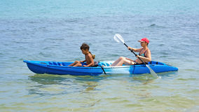 Mutter und Sohn, die kayaking sind Stockbilder