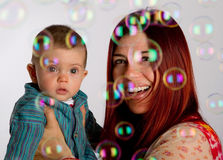Mutter und Sohn, die Luftblasen betrachten Stockfotografie