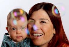 Mutter und Sohn, die Luftblasen betrachten Stockfoto
