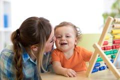 Mutter und Sohn, die mit Abakus, Früherziehung spielen Lizenzfreies Stockfoto