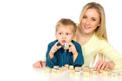 Mutter und Sohn, die mit Blöcken spielen Stockfotografie