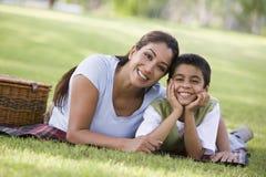 Mutter und Sohn, die Picknick haben Stockbilder