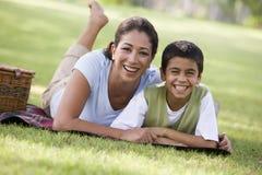 Mutter und Sohn, die Picknick haben Stockbild