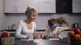 Mutter und Sohn, die Reagenzien für Experiment vorbereiten stock video