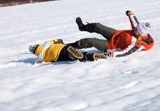 Mutter und Sohn, die schönen Wintertag genießen Lizenzfreies Stockfoto