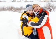 Mutter und Sohn, die schönen Wintertag genießen Lizenzfreie Stockfotografie