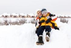 Mutter und Sohn, die schönen Wintertag genießen Lizenzfreie Stockbilder